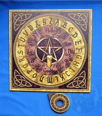 Magisch wirkendes Oujabrett mit gotischer Schrift und mystischen Illustrationen
