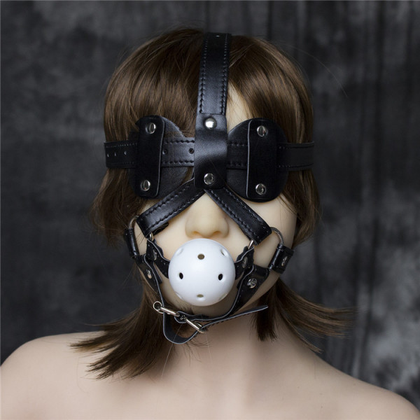 Dieser Kopfharness ist mit einem Knebelball und einer Augenmaske ausgestattet. Der Ball ist an schmalen Riemen befestigt, hat mehrere Atemlöcher und hindert Ihre/n PartnerIn am Sprechen. Die Riemen des Harness verlaufen um die Backen und verbinden sich mi