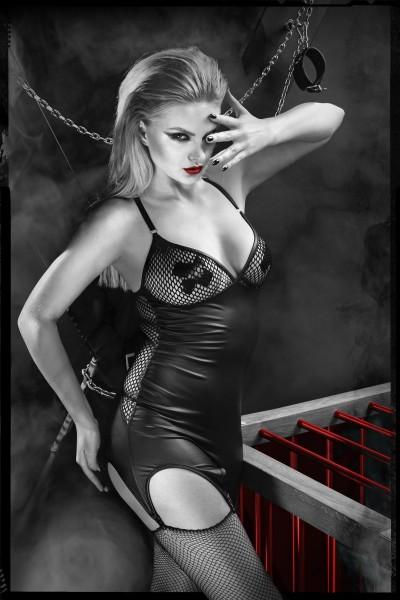 schwarzes Strapskleid mit Strümpfen