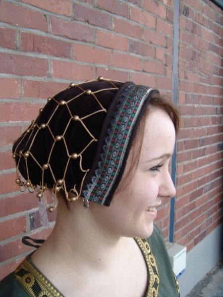 Haube mit Haarnetz mit Bordüre