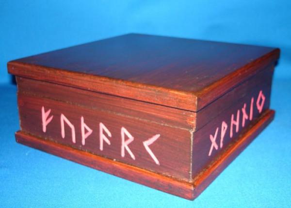 Kästchen mit Runenalphabet