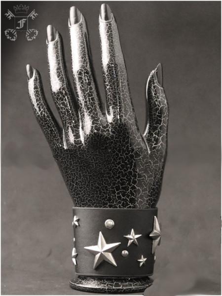 Breites Armband mit Sternen und Nieten