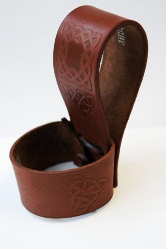 Hornhalter aus Leder mit Prägung