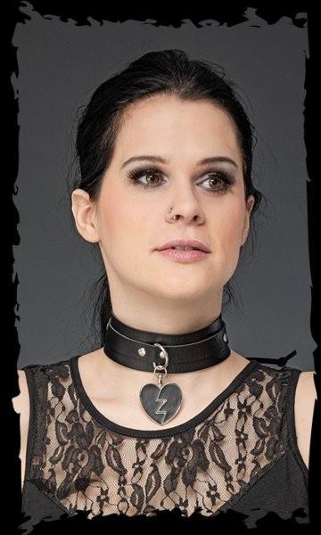 Halsband mit Herzanhänger vorne
