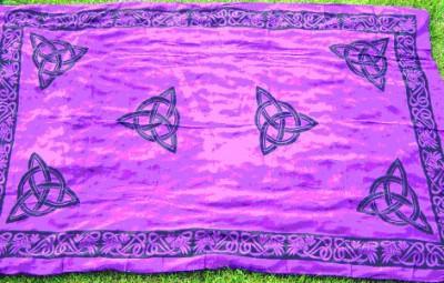 Tuch mit keltischen Mustern und Triquetta Rot